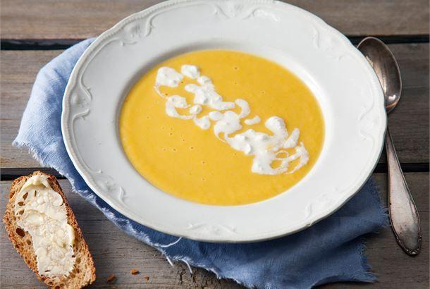 Porkkana-kesäkurpitsakeitto. Höyryävän kuuma kasviskeitto saa kauniin värisävynsä porkkanasta ja on todella nopea valmistaa. http://www.valio.fi/reseptit/porkkana-kesakurpitsakeitto/ #resepti #ruoka