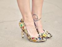 Как сделать блестящие туфли для праздника / У вас нет яркого наряда – оденьте яркие украшения, возьмите необычную сумочку или сделайте блестящие туфли своими руками! ...