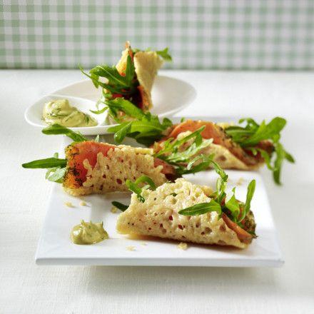 Knusprige Parmesanröllchen mit Lachs Rezept | LECKER