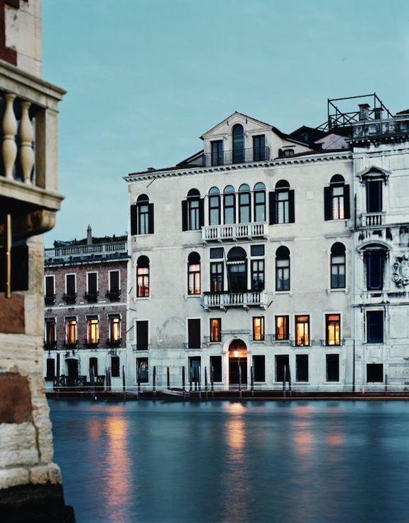 Éloge de la sérénité, sur le Grand Canal, la façade noble du palais. Axel Vervoordt en occupe la partie arrière, sur la cour.