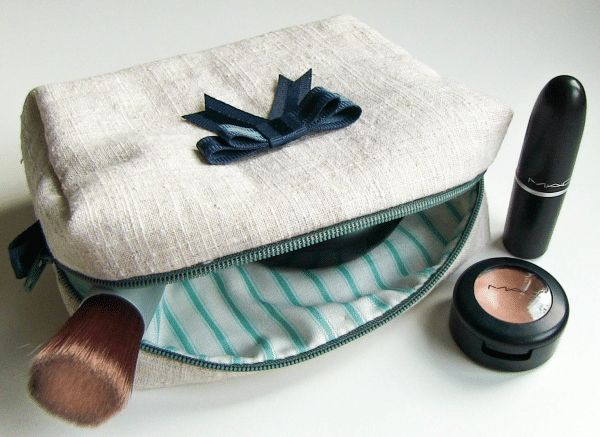 Die kleine Kosmetiktasche ist ganz schnell genäht und auch für Anfänger sehr gut geeignet. Zum Schnittmuster-Download: http://youandiheartdiy.blogspot.de/2013/08/kosmetiktasche-nahen.html Materialien: – Oberstoff – Futterstoff – Reißverschluss (25cm) – Schnittmuster – Geodreieck/ Handmaß – Stoffschere – Trickmarker/ Schneiderkreide – Stecknadeln – Nähnadeln – … weiterlesen