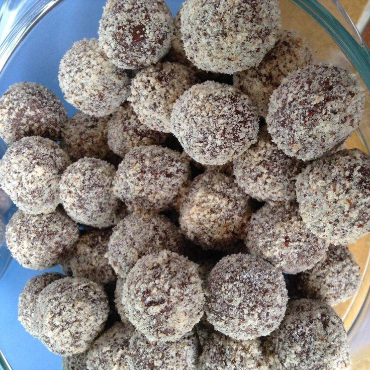 Rezept Haselnuss-Schoko-Pralinen     400 g Haselnüsse     300 g Zucker     300 g Vollmilchschokolade oder Blockschokolade