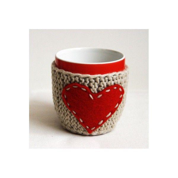 Ciocolata calda cu scortisoara, cafea sau un ceai cu arome de sarbatoare….le puteti tine calde mai mult timp cu aceste hainute crosetate si cusute manual. Pretul include si cana.