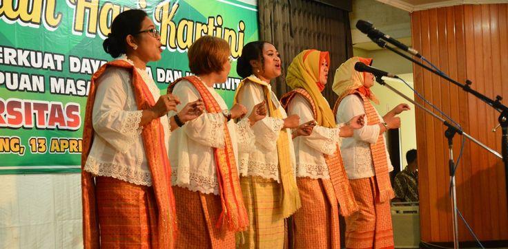 FEB Unmer Malang Juara Paduan Suara Peringatan Hari Kartini