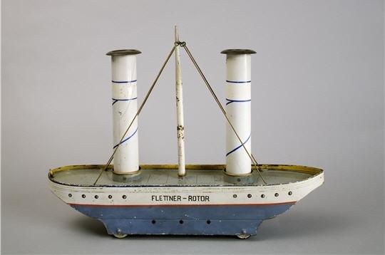 le flettner-rotor se démarque des bateaux jouets traditionnels. en effet il ne