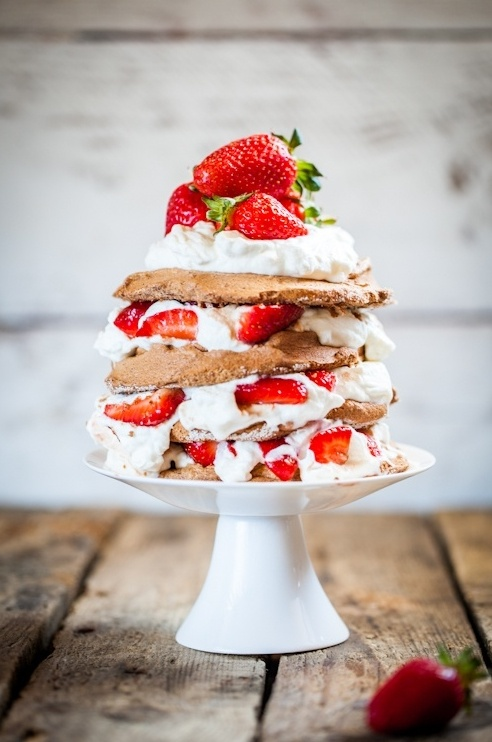 Strawberry Chocolate Pavlova #strawberries #foodstyling