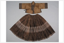 Hoejang jeogori (jacket with the colorful strips of cloth) and sran chima (trailing skirt). Unearthed from a tomb of the Cheongju Han Family. Mid-16th Century   十六世紀中期, 韓國 (清州韓氏族) 衣裳
