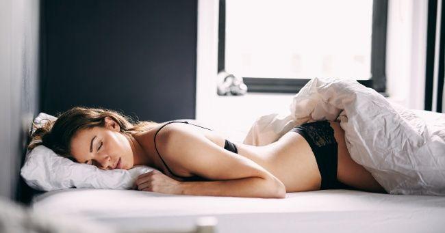 Как научиться засыпать за1минуту Спокойно вдыхать через нос в течение 4 секунд. Задержать дыхание на 7 секунд. После этого не торопясь выдыхать через рот в течение 8 секунд.