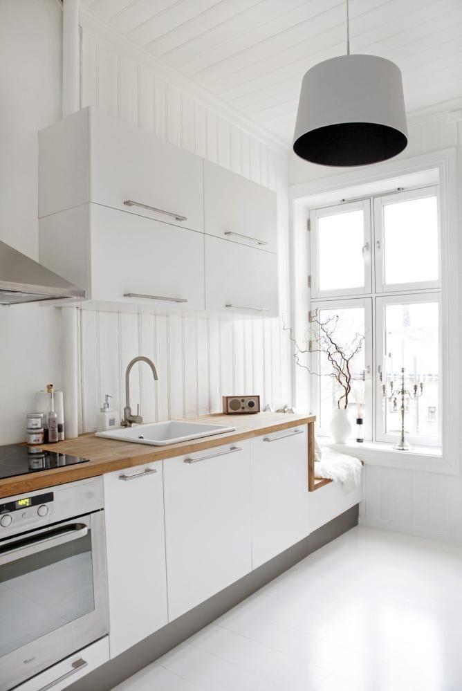 Da beboeren kjøpte dette kjøkkenet fra Ikea, fikk hun også hjelp til å designe den hyggelige sittebenken ved vinduet. Benkeplaten er fra Maxbo, mens lampen i taket er fra Home.