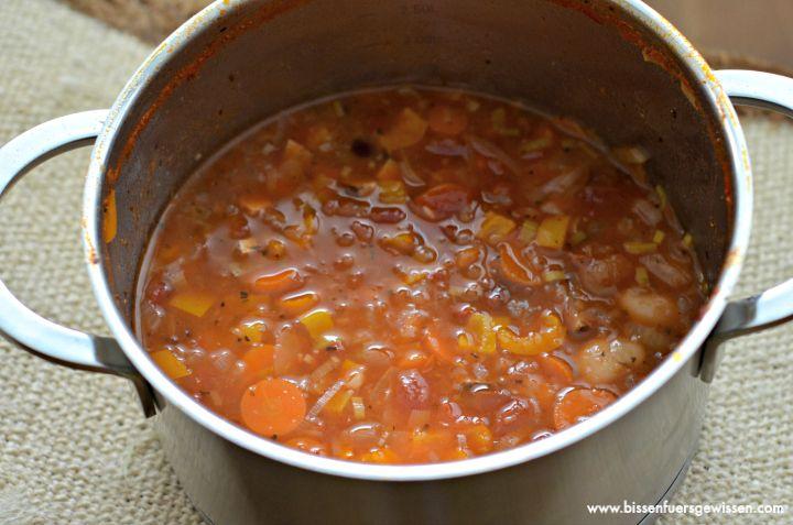 Angie kochte ganz nach M.s Geschmack und heraus kam diese Variante einer serbischen Bohnensuppe:  http://www.bissenfuersgewissen.com/2014/11/vegan-wednesday-118.html