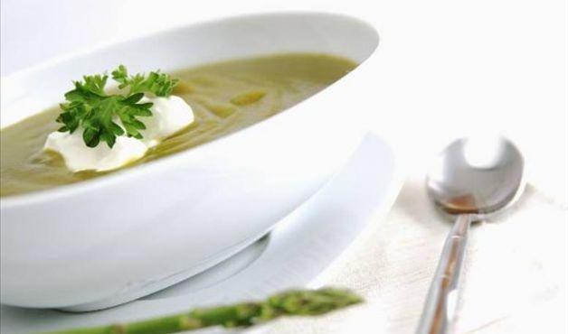 Sopa de Legumes   Calorias: 56 kcal  Rendimento: 1 porção   Ingredientes:  - 1 batata pequena  - 1 cenoura  - 3 colheres (sopa) de repolho picado  - 2 colheres (café) azeite ou óleo  - 1 pitada de sal   Preparo:  Cozinhe os vegetais em 200ml (um copo) de água. Bata tudo no liquidificador.