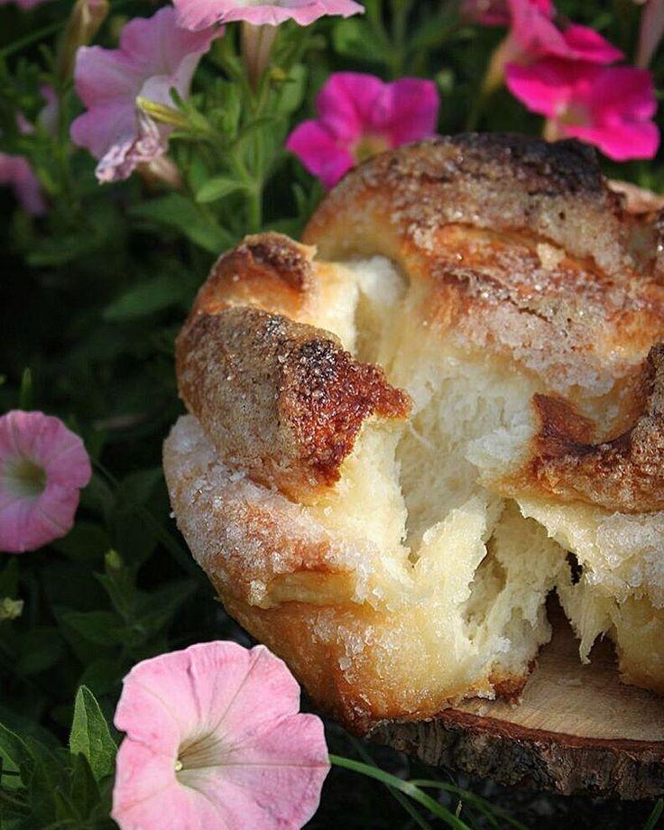 Разлом дрожжевой сахарной булочки  Участвую в конкурсе #вкусное_искусство #вкусное_искусство_6этап от @jennysmile83 спонсор @foodphotoprops генеральный спонсор @josephjoseph.russia  ИНГРЕДИЕНТЫ на 2 булочки диаметром 20 см:  Тесто: - 250 мл тёплого молока - 20 гр. свежих дрожжей - 3 ст.л. сахара - 3 ст.л. воды - 1 яйцо - 65 гр. сливочного масла комнатной температуры - 3,5 ст. муки - 3/4 ч.л. соли  Начинка: - 2-3 ст.л. растительного масла - 4-5 ст.л. сахара - Кроме того: яйцо для смазки…