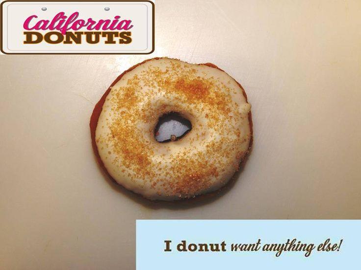 """Είσαι επίσημος προσκεκλημένος στην βραδιά απονομής των Oscars! Τα """"California Donuts"""" με τιμή σε καλούν να δοκιμάσεις το """"Oscar Night Donut"""".Το λευκό γλάσο και η χρυσή ζάχαρη ταιριάζουντέλεια στο glamorousτης τελετής και σε κάνουν να νιώθεις, έστω και για λίγο, ως απόλυτος star! Τελικά ποιος θα κερδίσει το…""""Oscar Night Donut"""";"""