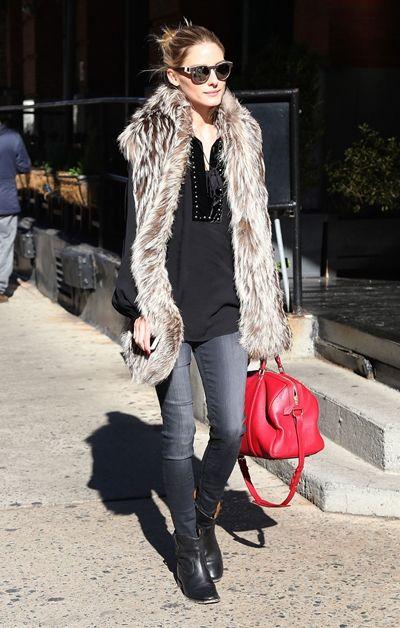 ゴージャスで洗練された私服スタイルに定評のあるオリビアのNY私服。 ファーベストに合わせたのはトレンドの赤。 これはほしい~!