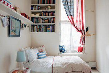 小さなお部屋の主役はベッド。 とことん快適に、手の届く範囲にお気に入りのものを並べてしまおう。
