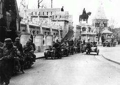 German units in Budapest, Buda castle, 1944 Német motorkerékpáros alakulat a budai várban, a Halászbástyán, 1944 márciusa