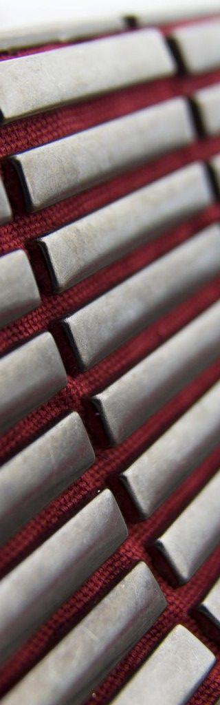 Borchie Griffe - Borchie graffate su tessuto rosso scuro