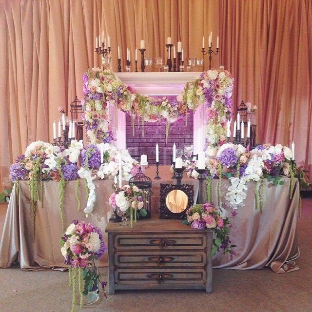 Зона молодоженов была выполнена в виде камина с цветочной гирляндой. Свадьба Карины и Николая. Decor by @lidseventhouse