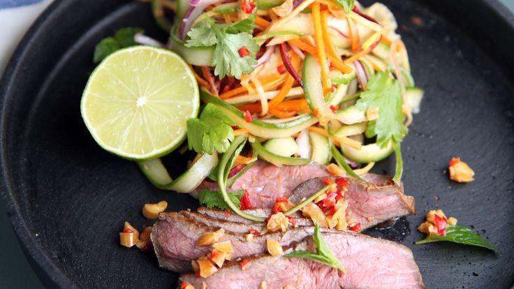 Biffsalat med asiatiske thaismaker som får fram solskinnet. Lise Finckenhagen tilsetter lime, ingefær, chili, fiskesaus, koriander, mynte og peanøtter til sprø grønnsaker.