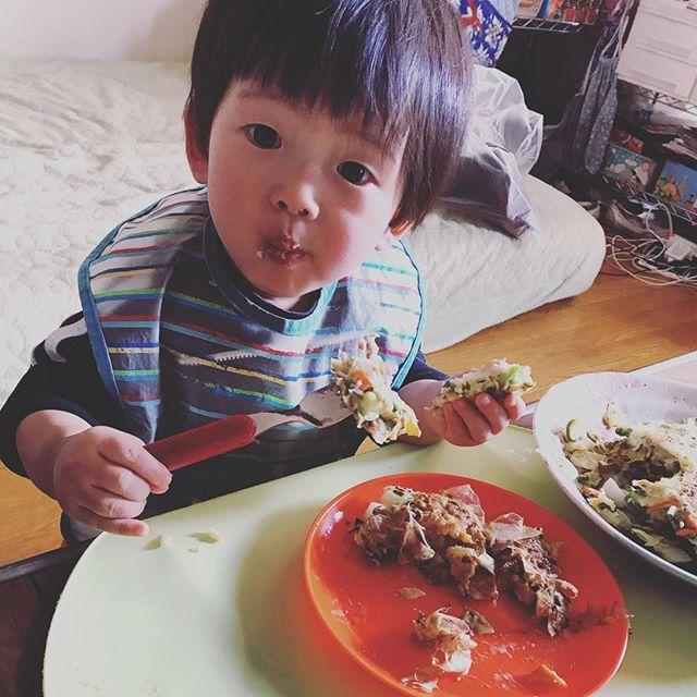 今日は末っ子とまったり… 上の子達は公園へ。 ママは寒いの苦手と彼らは知っているので、誘ってきません…(´ー`) #お昼ご飯 #お好み焼き#okonomiyaki #豚汁#tonjiru #幼児食1歳 #肉#野菜#ミネラル#たっぷり#午後は昼寝