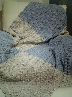 knit blanket / <糸> ダイヤ毛糸 クチュールエフ 1027番 149番  本体 ・・・ 各 20玉ずつ ふち編み ・・・ 併せて 約2.3玉   <針> 9号輪針 80センチ 2本   <大きさ> 横 110センチ  縦 150センチ  (ふち編み含む)   <参考編み図> 「とっておき手編みのブランケット -使い方は無限大 心おどるハンドメイドニット」 河出書房新社 / 渡部サト 著