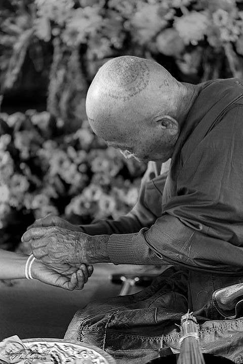 Ceremony at the temple.Protection and Luck #photo #blackandwhite #pictureday #travel #Thailand #Thailande #people #portrait #photojournalism #photooftheday #followme #photographer #photography #nikonD810 #Tamron #angelamichelphotography #monk #blackandwhitephotography #buddhisme #novices