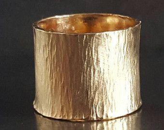 Brede gouden platte Band Ring met instructie Ring, Valentijnsdag geschenk, Unisex Ring, sigaar Band Ring, handgemaakte ringen, Venexia sieraden. Licht en comfortabel zal deze brede platte band ring elke outfit voor elke gelegenheid. Elk stuk is uniek. Kunnen er lichte variaties tussen één stuk naar de andere. Dit zijn de kenmerken van handgemaakte sieraden.  Materiaal: goud gevuld Breedte: 16 mm, 5/8 inch Kleur: geel  Inside gravure optie, extra $3 voor elk karakter en 2-3 dagen  Pas op ...