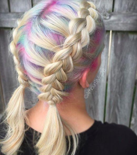 Mira qué geniales se ven estos colores pasteles con trenzas. | 18 Raíces de pelo coloridas que te animarán a teñir las tuyas
