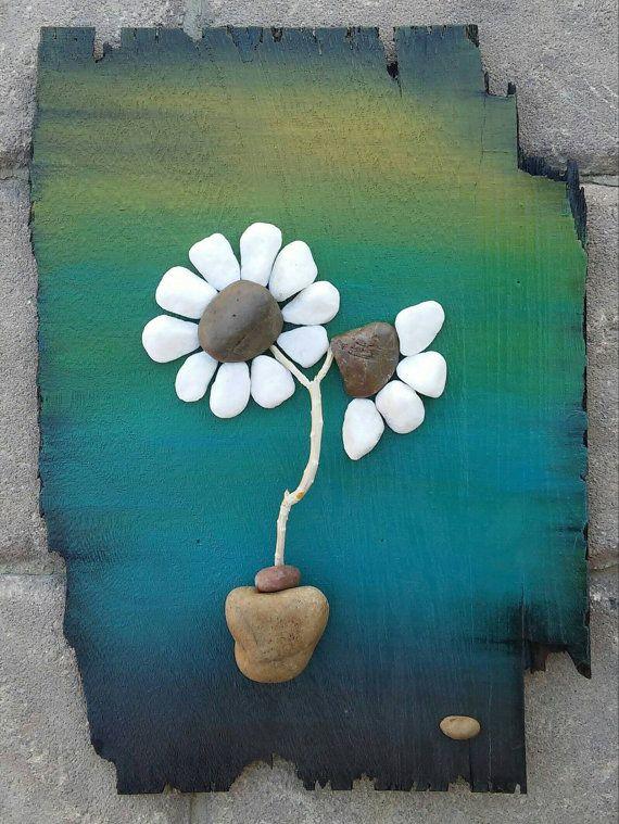 Guijarro arte flores flores blancas sobre madera por CrawfordBunch