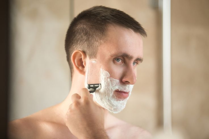 Na hora de fazer a barba certos cuidados são indispensáveis para manter a pele saudável.  A barba deve ser feita no sentido do pelo. As máquinas de barbear são mais indicadas, mas caso prefira as lâminas, use-as com menor frequência.   Use produtos leves que não causem a obstrução dos poros, além de produtos hidratante e calmante no pós barba. #CuidadoEProteçãoDaPele