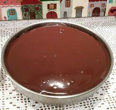 Σοκολατόπιτα Υλικά •1 κούπα αλεύρι που φουσκώνει μόνο του •1 κούπα ζάχαρη •1/2 κούπα κακάο •1 κουτ.γλυκού μπέικιν πάουντερ •1/2 κουτ.γλυκού σόδα •1 κούπα γάλα •1/3 κούπας σπορέλαιο •1 αυγό μεγάλο •2 βανίλιες •λίγο αλάτι Για το γλάσο: •200γρ κουβερτούρα •200γρ κρέμα γάλακτος •1 κουτ.γλυκού μέλι Εκτέλεση Χτυπάμε στο μίξερ ολα τα