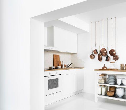 Eine kleine Küche, u. a. mit KNOXHULT Unterschrank mit Türen und Schublade in Weiß