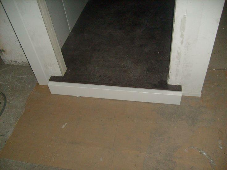 Λεπτομέρια ψυκτικού θαλάμου. Διακρίνεται το ειδικό πάτωμα. -  Detail of a small cold room. You can see the special wood floor.