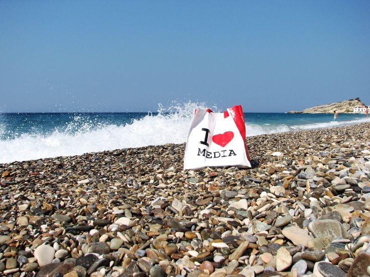 De groeten van de ideale strandtas vanaf het strand van Kokkari (Samos). Foto: Frans van Brakel