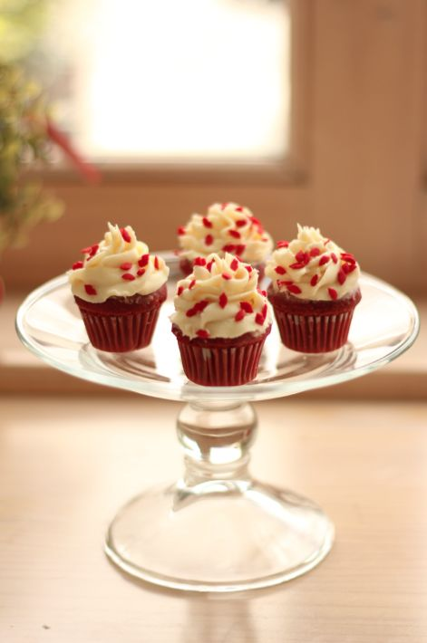 Mini Cupcakes.  Deliciosos mini cupcakes de Red Velvet decorados especialmente para la temporada con pequeños labios de azúcar y nuestra crema a base de queso.