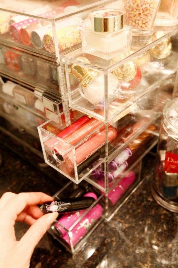 Rangement maquillage acrylique Muji pour les rouges à lèvres  http://www.homelisty.com/rangement-maquillage/