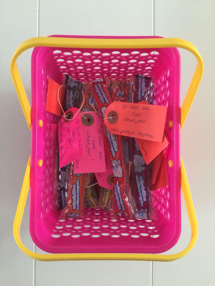 """Eerste schooldag, dus trakteren op school!! Water-ijs-staafje met een kaartje eraan; Op naar een """"cool"""" schooljaar"""