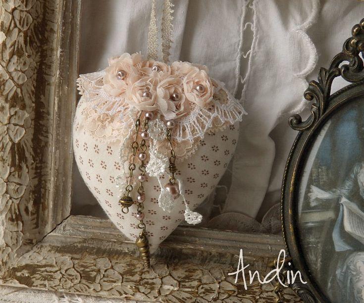 Srdíčko ve stylu Shabby chic Srdíčko je z bavlněné látky jemné vanilkové barvy. Zdobeno krajkou v barvě broskvové a smetanové. Zdobení perličkovými přívěsky Krajkové poutko pro zavěšení 8 x 10 cm