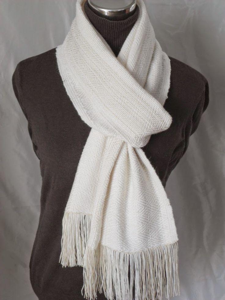 Mix yarn alpaca and wool for this handwoven scarf. Delicada bufanda tejida a telar con fibra 28/2 mezcla de alpaca y lana color blanco crudo.