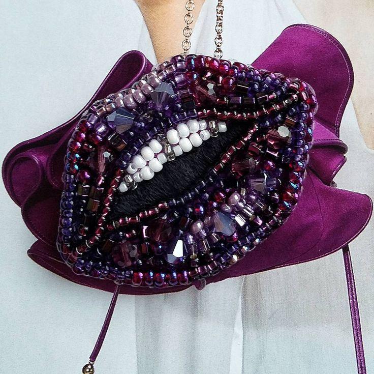 Безумно красивый цвет Сине-фиолетовая гамма, бусины, стеклярус и бисер. Ручная вышивка. Обратная сторона - экокожа. Сделана под заказ. ПРОДАНА! ______________ #брошьгубы #брошьназаказ #броширучнойработы #авторскаяброшь