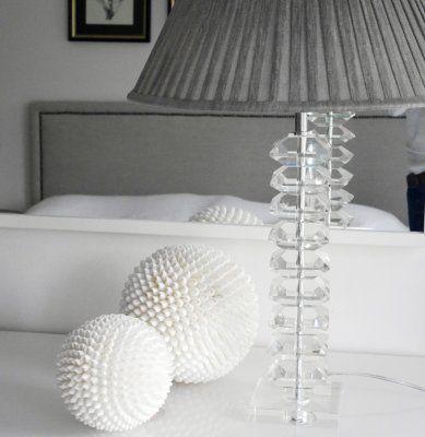 Lampfot i glas med grå plisserad lamskärm i silke.