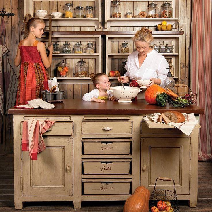"""Кухня """"Брокант"""" - уютная, аутентичная, сделанная полностью из массива дерева, с удобными шкафчиками, симпатичными крючками для кружек и душевными надписями на ящиках. Именно на таких кухнях готовили французские бабушки в течение многих десятилетий. Это идеальное решение для кухни в стиле прованс"""