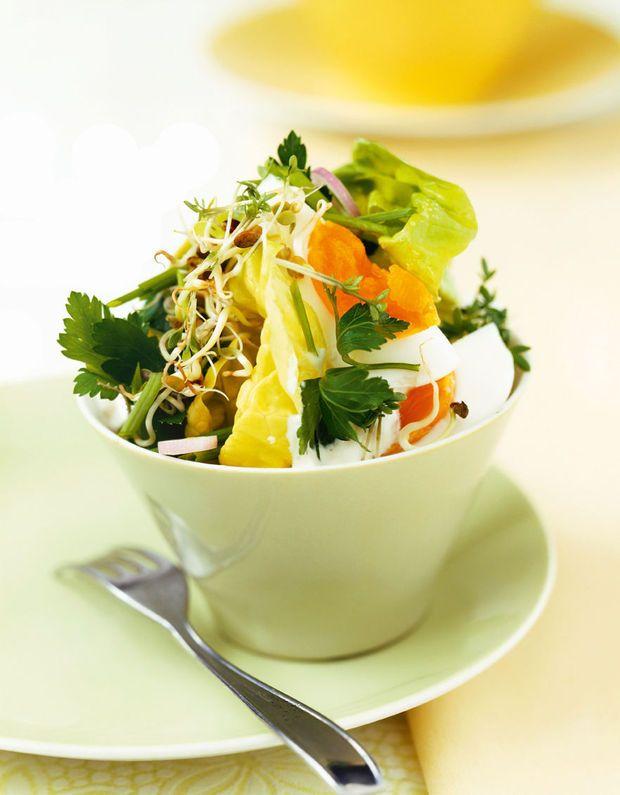 Gemengde groene salade met halfzacht gekookte eieren
