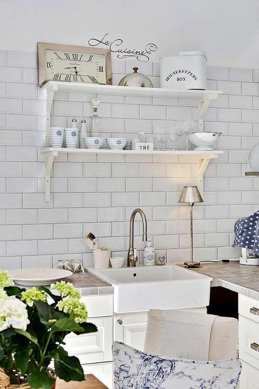 Cucina con ripiani bianchi - Arredare con mensole e ripiani per una cucina dallo stile shabby.