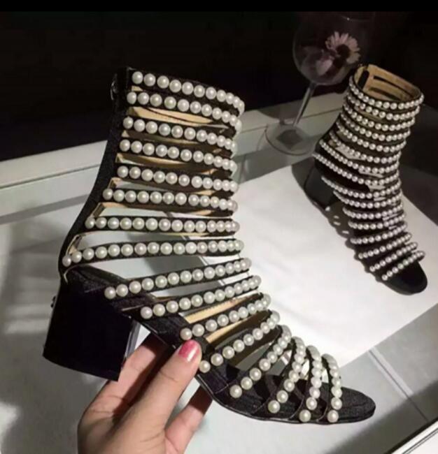 Новый Черный Квадрат Каблуки Ботильоны Цепи Перлы Шипованных Кожаные Ботинки Женщины Ремешок Сандалии Летняя Обувь Бота Feminina купить на AliExpress