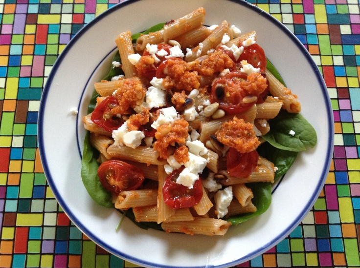 Pasta met kerstomaatjes, verse pesto, spinazie, feta ... (Amber Albarda)