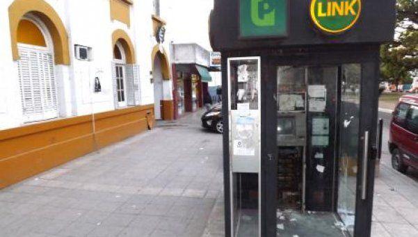 Florencio Varela: roban cajero automático frente a comisaría. Los malvivientes forzaron el frente de la máquina, le robaron la cámara de seguridad y se hicieron con un botín de 400 mil pesos sin que nadie del lugar se diera cuenta. http://www.diariopopular.com.ar/c170747