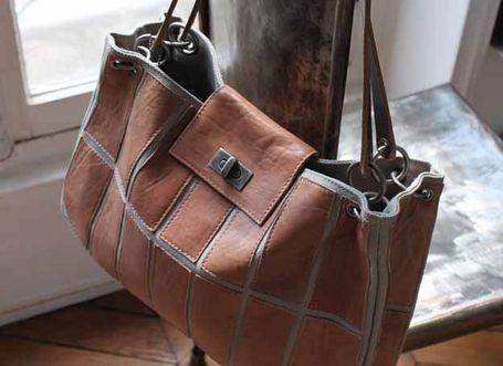 Tous nos sacs de la gamme roots sont fabriqués à partir de patchs de cuirs cousus sur de la toile.    L'intérieur du sac est doublé en coton uni    Les anses sont en cuir    A l'intérieur du panier, poche à téléphone portable , et une poche zippée