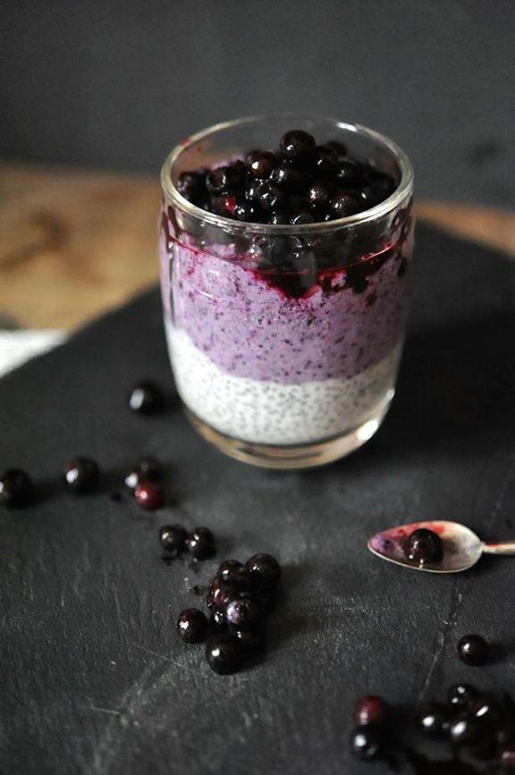 VERY BERRY: Geschichteter Chia-Samen-Pudding mit Heidelbeeren