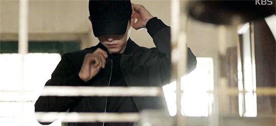 """""""Big Boss"""" Song Joong Ki mặc cây đen trông còn """"soái ca"""" hơn cả khi mặc"""